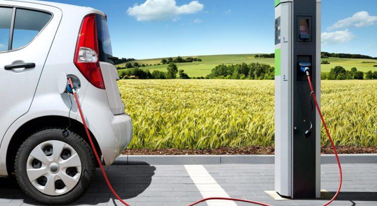 auto-elettrica-colonnina-ricarica-it-001